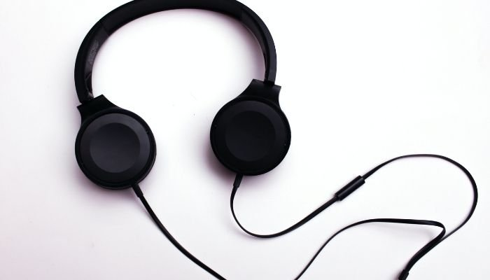 How to Use Laptop Microphone With Headphones